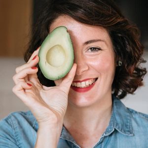 Myriam Sabolla, fondatrice di The Food Sister, con un avocado